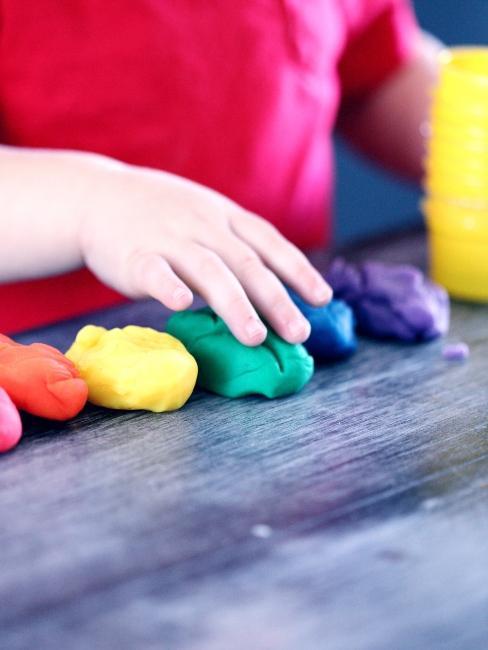 Enfant jouant avec de la pâte à modeler