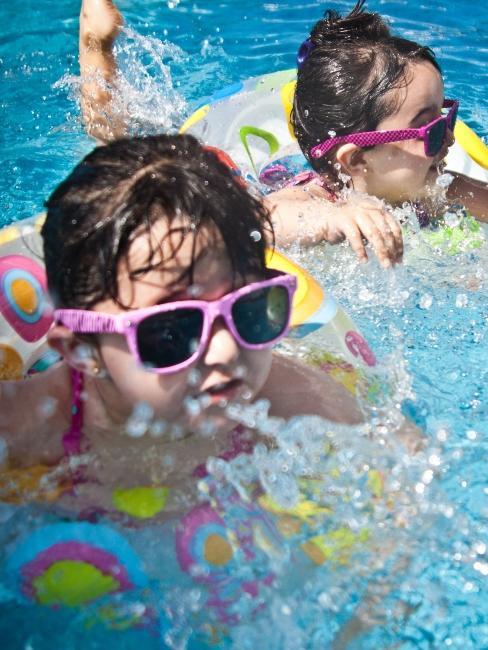 deux petites filles à la piscine
