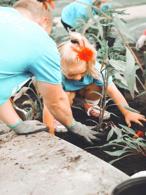 un homme et une petite fille en train de jardiner