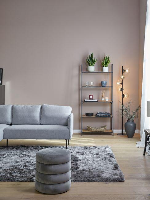 salon gris, canapé scandinave, tapis shaggy, poils longs, lampadaire moderne, pouf gris