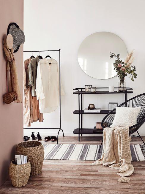 entrée, couloir, miroir rond, portemanteau mural, tringle à vetements, chaise acapulco, couloir moderne, décoration pastel, tapis de couloir, console d'entrée