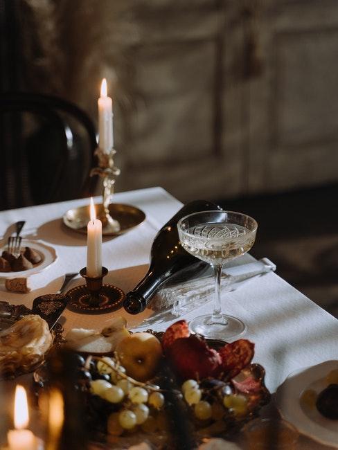 dîner romantique, table élégante, vin, chandelles