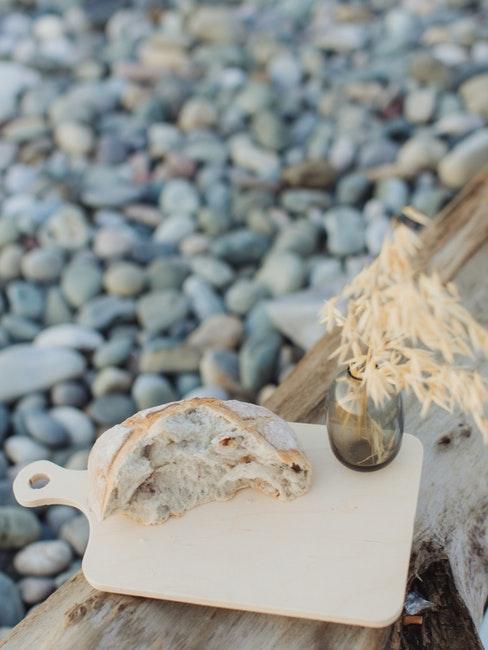 gros plan de panier pique nique sur une plage