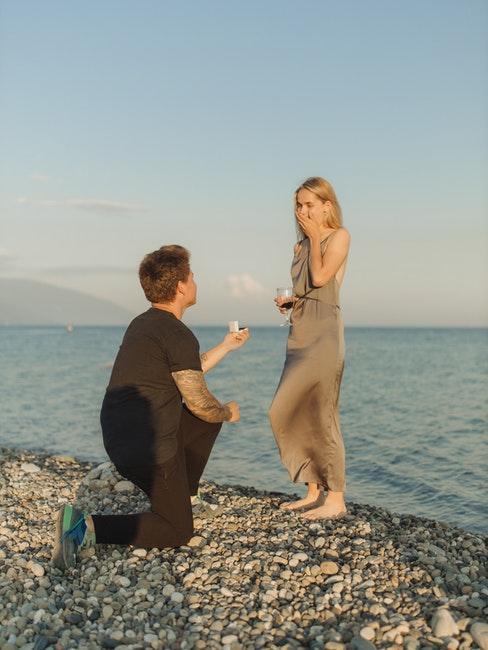 demande en mariage au bord de l'eau
