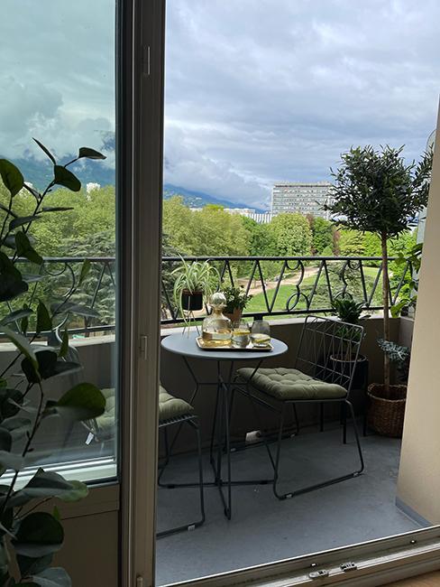 petit balcon moderne glam avec ensemble de table et chaises en métal chez beauteactive