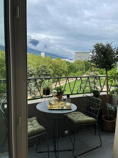 après aménagement petit balcon moderne glam avec ensemble de balcon en métal chez beauteactive