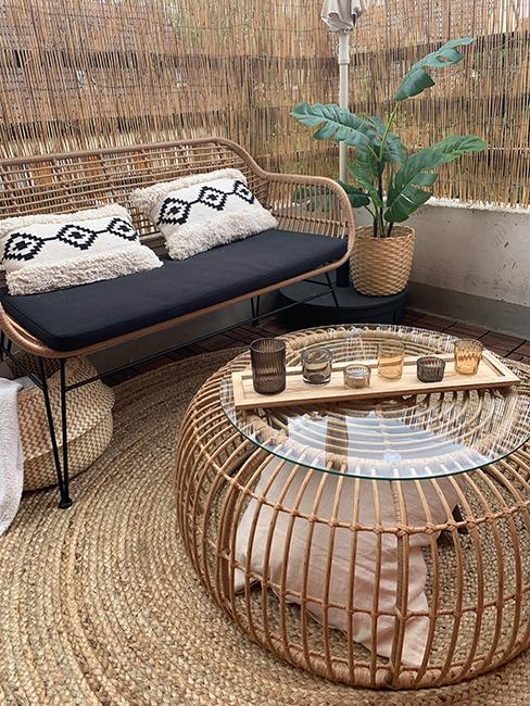 après aménagement d'un balcon style boho avec ensemble de jardin en rotin avec table ronde et petit canapé de jardin chez veronica sither