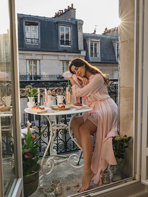 balcon romantique avec table en métal blanche chez Katie.one