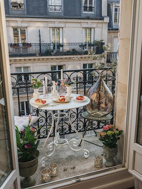 après aménagement d'un petit balcon parisien avec table en métal blanche et vaisselle blanche chez Katie.one