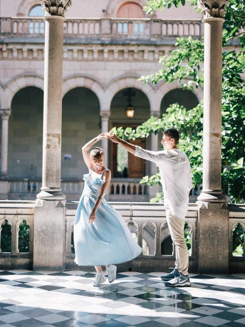 couple de mariés dansant dans les couloirs d'un château