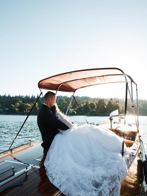 couple de mariés sur un bateau mouche