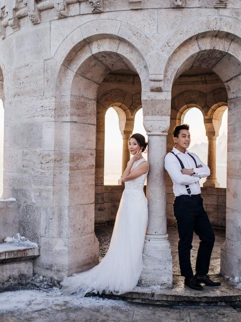 couple de mariés dans un château
