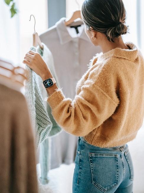 Femme faisant du shopping mode seconde main