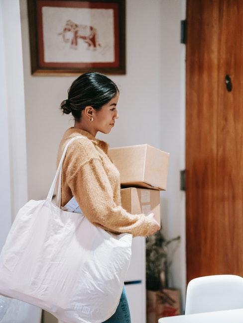 femme portant des colis, vente online
