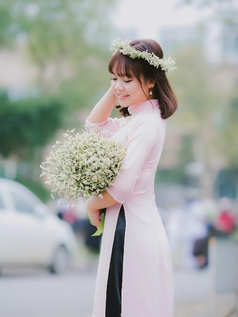 mariée avec bouquet de fleurs et couronne de fleurs