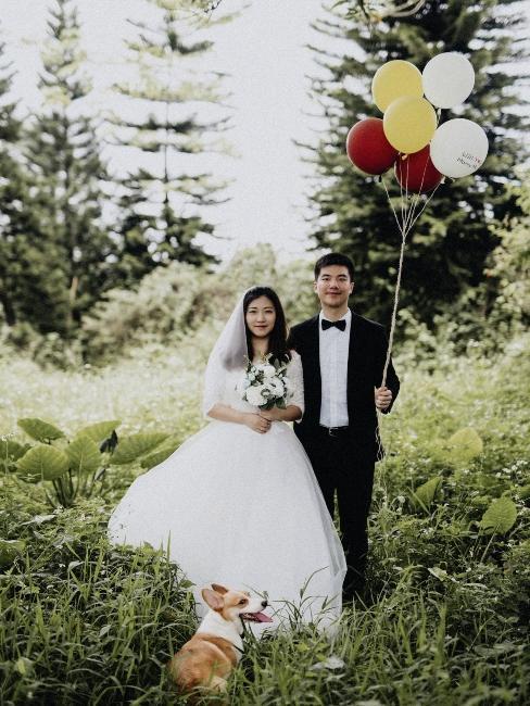 couple de mariés avec ballons