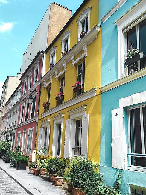 maisons colorées dans rue crémieux à Paris