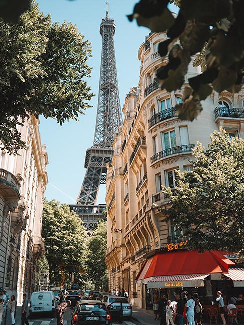 rue parisienne avec vue sur la tour eiffel