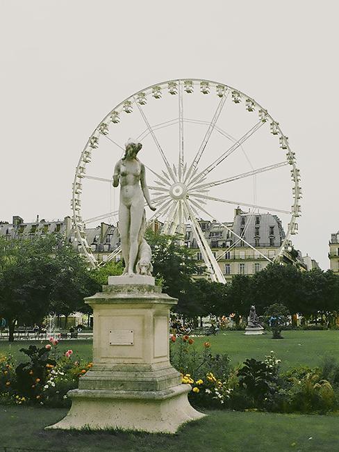 jardin des tuileries à Paris avec statue et grande roue