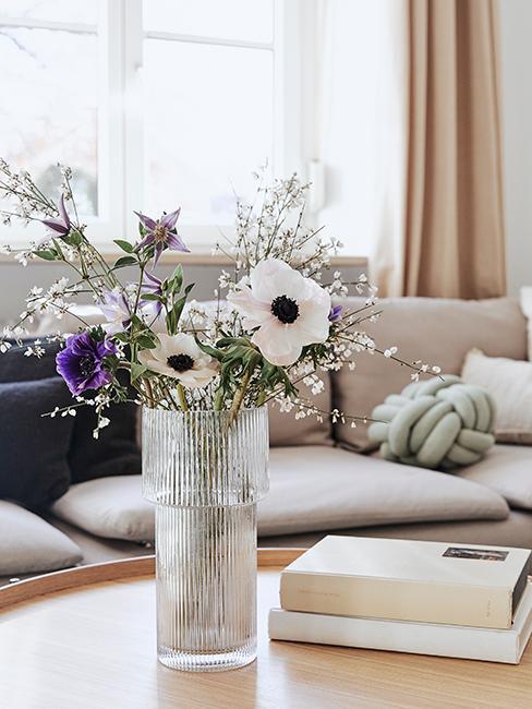 vase transparent avec fleurs dans un salon