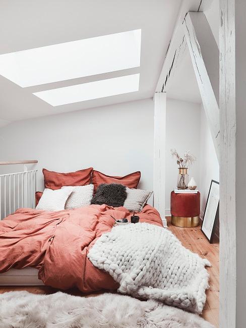 chambre sous le toit, mansarde avec poutres apparentes