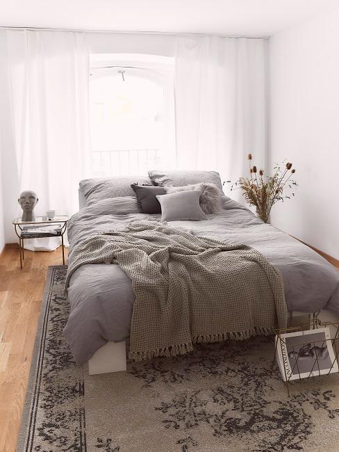 chambre ethnique grises avec tapis oriental