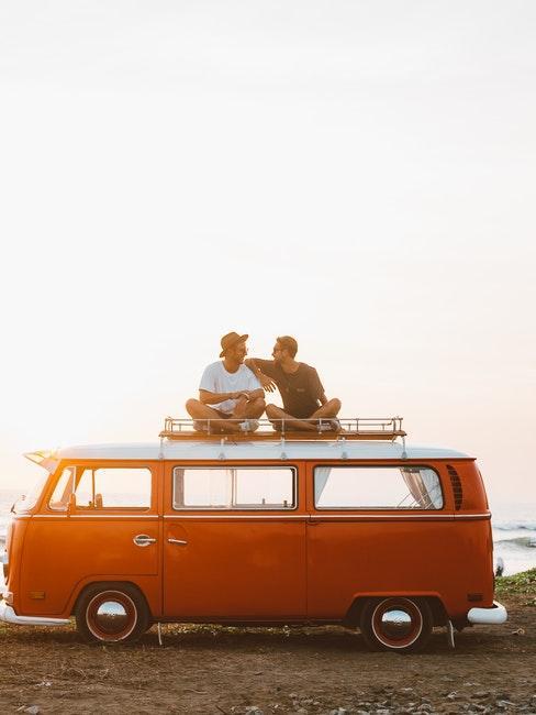 deux amis assis sur un van rouge