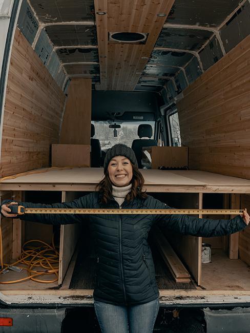 aménagement d'un van avec des planches de bois