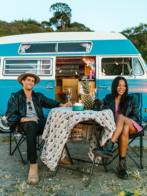 couple entrain de manger en voyage en van