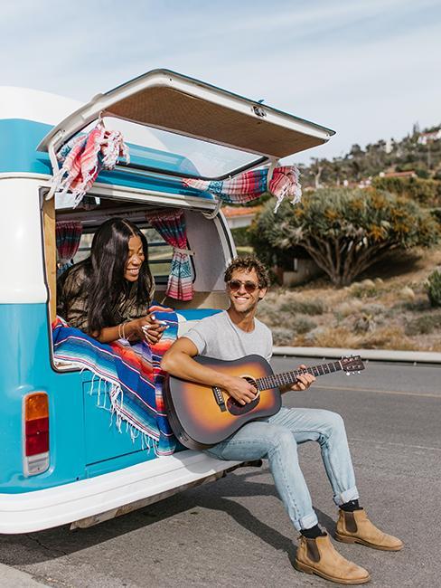 deux personnes dans un van bleu