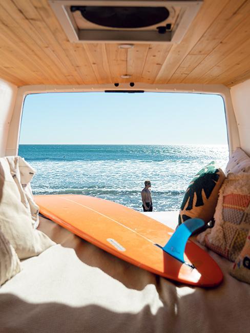 intérieur van avec plan de surf