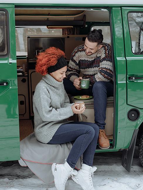 deux personnes dans un van vert