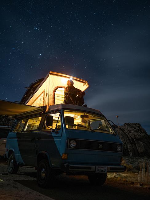 van avec toit relevable éclairé
