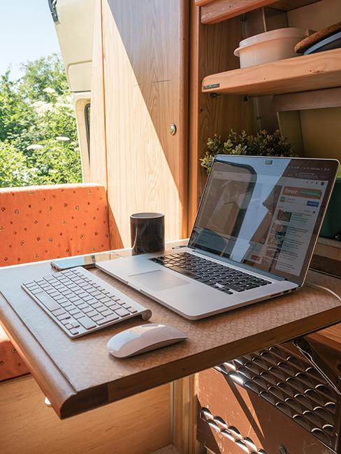 coin bureau avec tablette en bois dans van