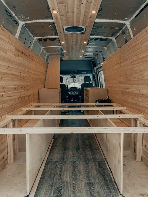 intérieur van aménagé avec structure en bois