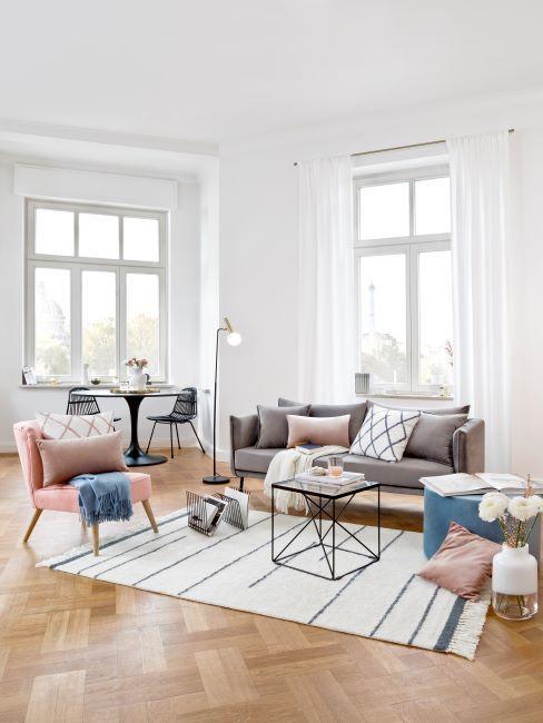 salon blanc, parquet, hautes fenêtres