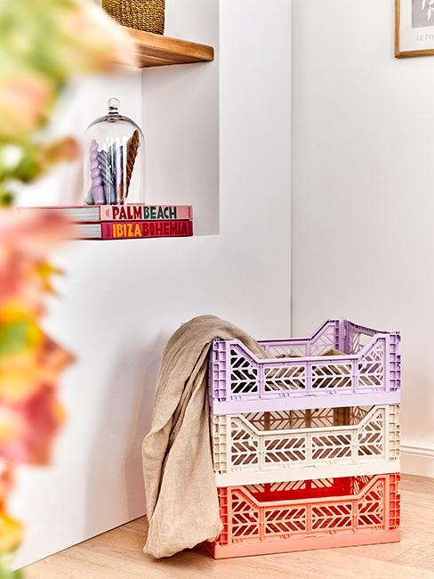 rangement avec caisses en platisque colorées