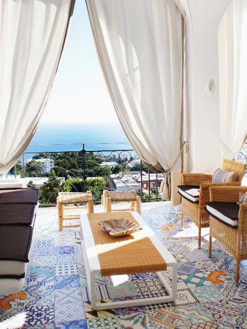 salon méditerranéen , voilage et mobilier extérieur