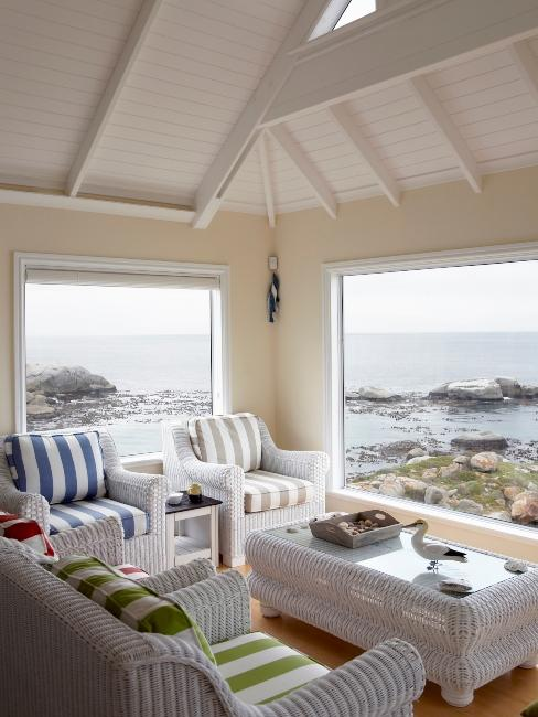 salon style marin avec meuble en rotin blanc