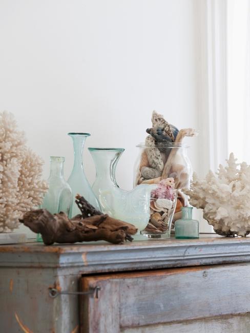 décoration maritime : vases en verre et coquillages
