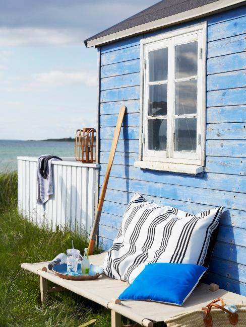 maison au bord de la mer bleue