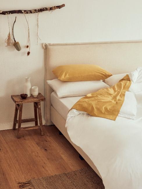 chambre style estivale marin avec linge ocre