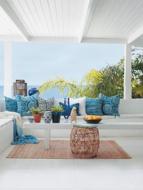 Terrasse style maritime, meubles blancs, déco bleu et turquoise