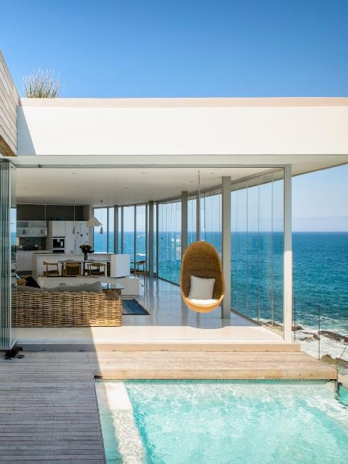 terrasse avec piscine au bord de la mer
