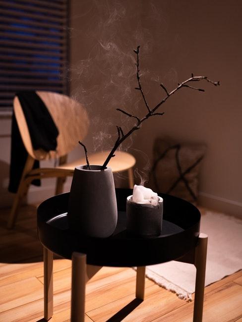 chaise en bois foncé, table d'appoint japandi