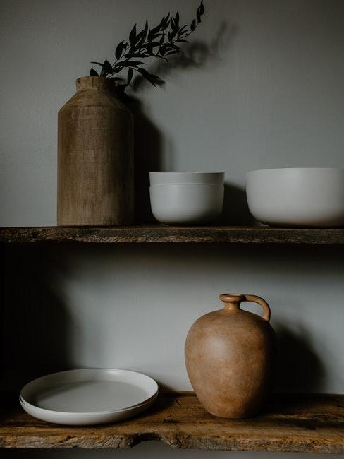 étagères en bois avec bol en grès et vases en céramique
