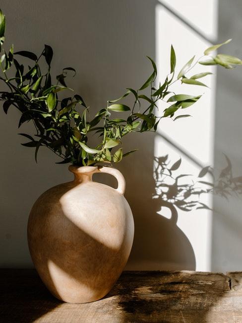 vase avec branches décoratives