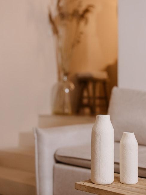 canapé, vases crème et décoration minimaliste