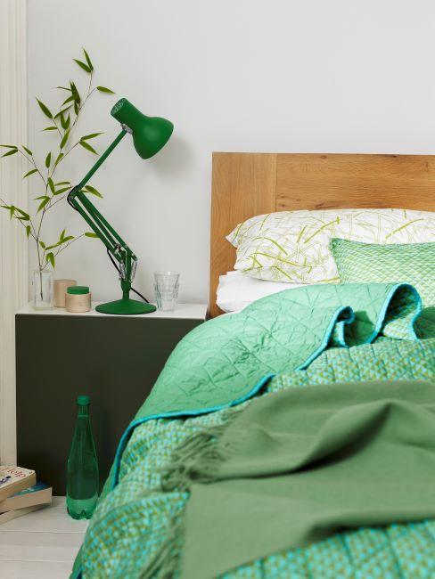 chambre à coucher, lit, couvle-lit vert, linge de lit vert, lampe verte