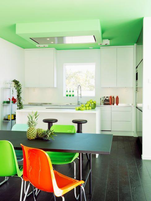 cuisine blanche, cuisine vert anis, cuisine moderne, cuisine claire, chaise de cuisine